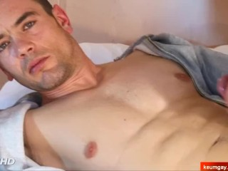 Beautifull hetero fitness dad gets wanked his huge dick by a guy !