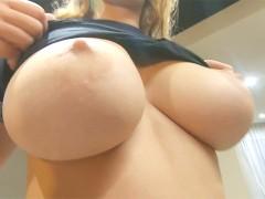 Latina rubia decide jugar haciendo una mamada y disfruta moviendo sus grandes tetas y follando