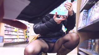 Caméra cachée MILF exhibe sa chatte à travers ses collants sous sa jupe