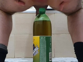 Guy fucks his ass with a 1.5L bottle