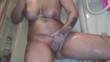 Hot Pawg Smoking and doing hair in the shower