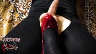 mistress prende a calci il cazzo del suo slave