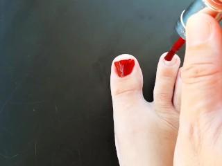 Red her toenails polish regina noir...