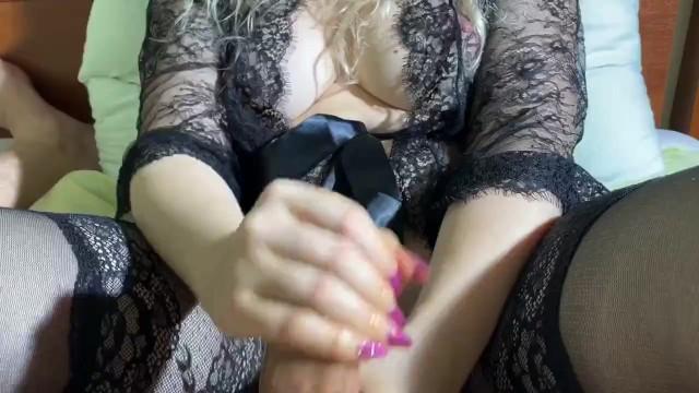 MILF gives a CREAMY Hand Job, MILF hace un paja cremosa, 3