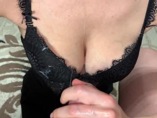 Сексуальная девушка дрочит член парню и хочет окончания на сиськи. Домашнее 4К видео