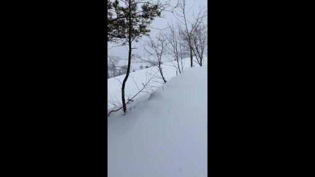 Je pisse en pleine forêt dans la neige ! - Amateur couple 17