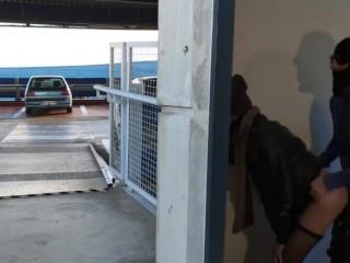 Femme se fait baiser par un inconnu sur le parking, son mari l'attend. Cocu