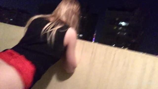 Рискованный секс в подъезде на балконе - соседи смотрят 5