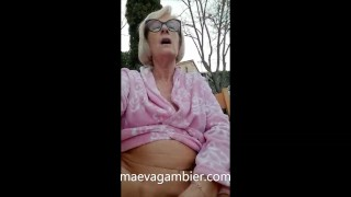 EXHIB MILF MASTURBATES IN THE GARDEN IN FRONT OF PASSENGERS WITH SEXTOY IN THE PUSSY