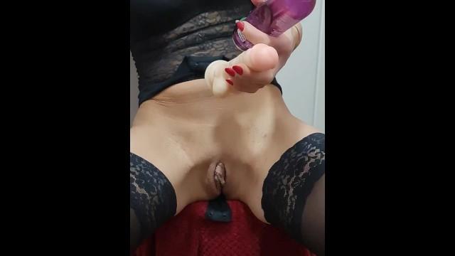 Giovane troia si masturba e viene nel bagno del capo 8