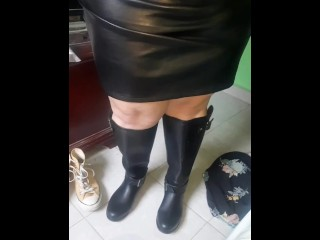 Bbw leather mistress in wellies in leatherskirt...