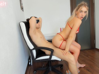 Hot babe blindfolded the guy and arranged a surprise