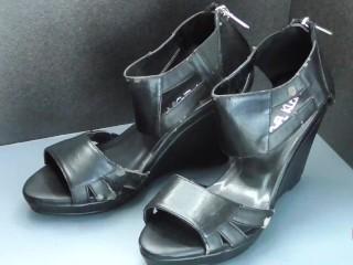 Shoe fetishism 靴フェチ 黒い合成皮革サンダルにぶっかける