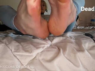 Hot emo girl plays with her feet and rubs with oil