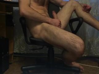 Одинокий парень дрочит дома