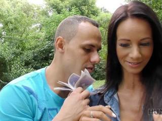 HUNT4K Männchen schafft es, perfekt geschnittene Muschi im öffentlichen Park zu kaufen