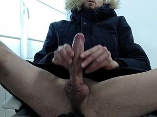 Masturbacion masculina con eyaculacion en vaso de chupito...