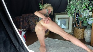 MUSCULAR MILF GREAT LEGS SHOWS OFF HER SUPER TIGHT HOLES