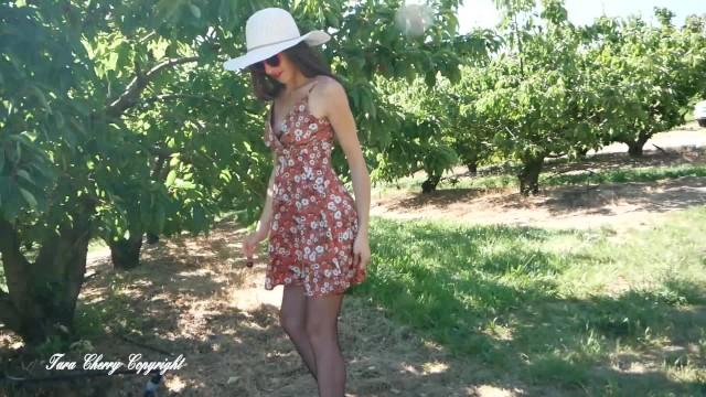 Tara Cherry cueille des cerises et se fait attraper par le patron et son employé 4