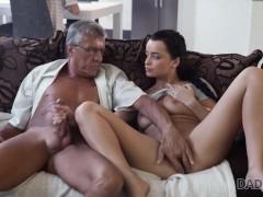 DADDY4K. Brünette befriedigt ihre sexuellen Bedürfnisse mit dem Fickstock von BFs Vater