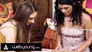 Kaksi koulutyttöä kokeilevat vanhempien leluja
